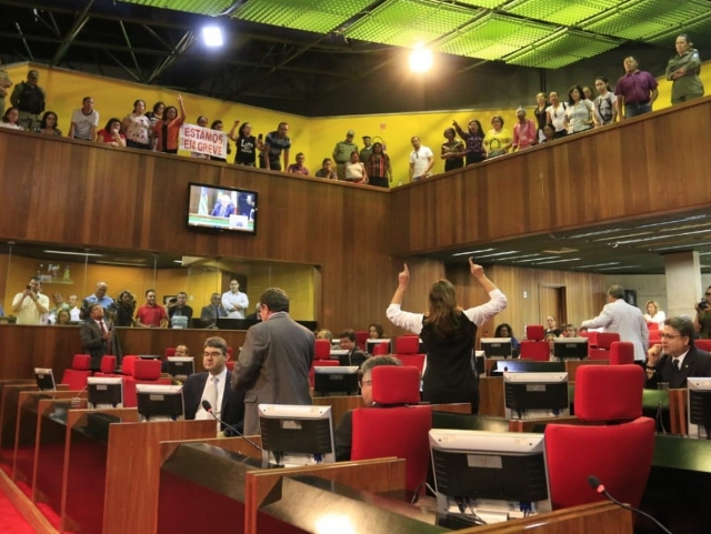 Deputados do Piauí aprovam reajuste menor para servidores e categorias protestam
